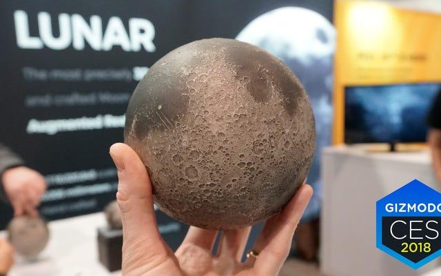 この美しく詳細なレプリカは、実際に月を訪れることなく月について学ぶための最良の方法です