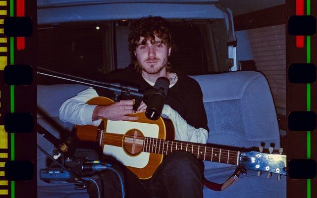 Rencontrez Covey, l'artiste folk-punk qui construit un public (et un monde fantastique tordu) sur TikTok