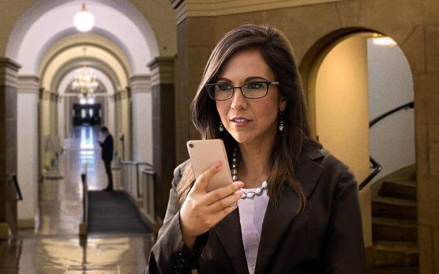 「彼女は今、コミッショナリーでマフィンを食べています」と、下院議員のボーベルトはペロシの場所をライブツイートし続けています