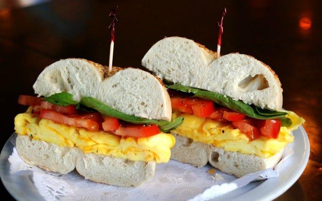 より重い運賃の新鮮な代替品として朝食サンドイッチにフルーツを追加する