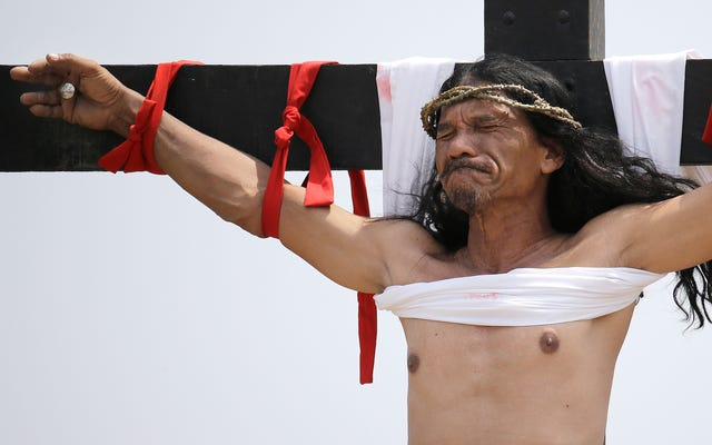 この男はイースターで32年連続で十字架につけた後、痛みを感じるのをやめました