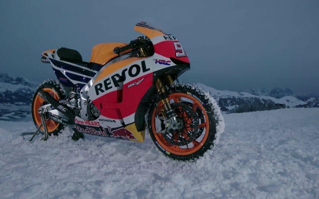 MotoGPバイクでスキースロープを細断することは恐怖の究極の否定です