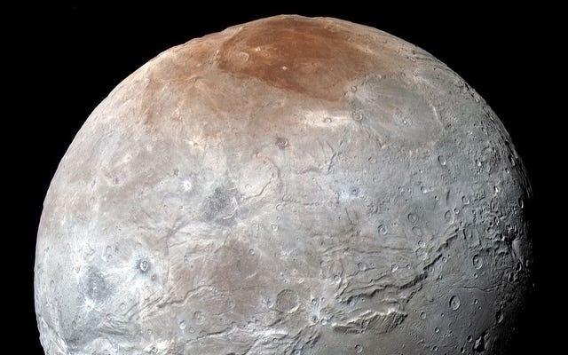 अब हम जानते हैं कि प्लूटो के सबसे बड़े चंद्रमा के ध्रुवों पर लाल धब्बा क्यों है