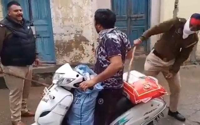 インドの警察はウイルスの封鎖を強制するために運転手に警棒を使用しています