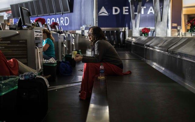 นักท่องเที่ยวที่น่าสังเวชติดค้างหลังจากที่สนามบินที่พลุกพล่านที่สุดของอเมริกาสูญเสียอำนาจ