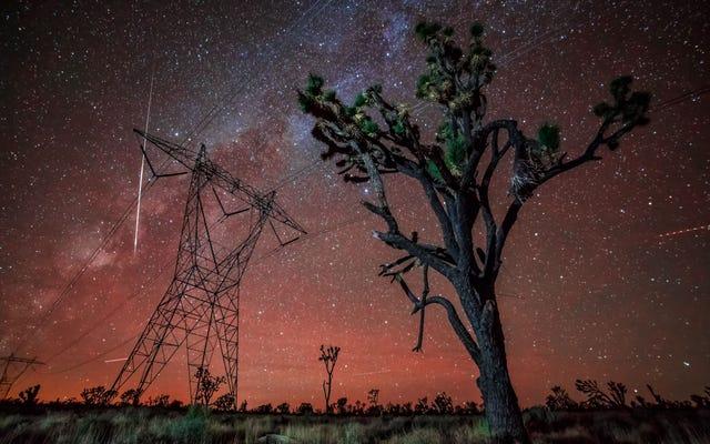 この信じられないほどのタイムラプスビデオで隕石がモハベの上で爆発する