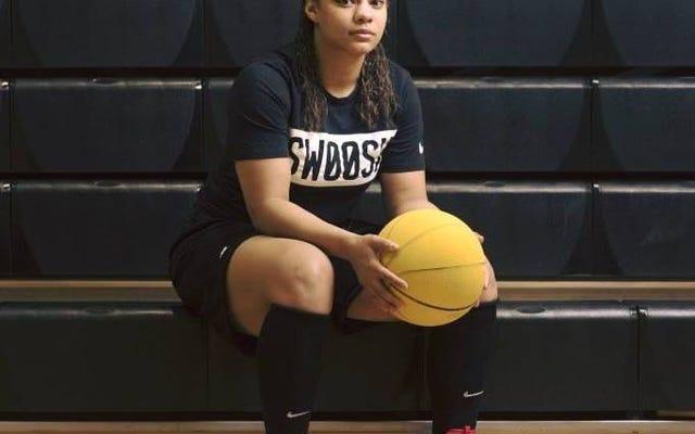 Il giocatore di basket del college nero ha negato il posto in squadra perché non sarebbe per il razzismo