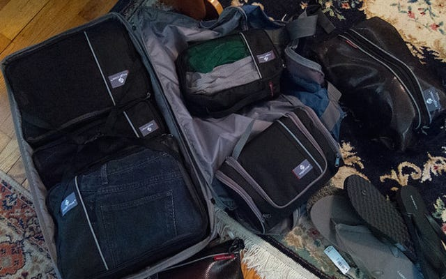 अपने कीमती सामान के लिए अपने कैरी ऑन में एक अतिरिक्त बैग रखें