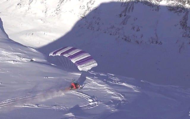 Verrückter Kerl fuhr mit seinem Schneemobil von einer Klippe und fing dann an zu fliegen