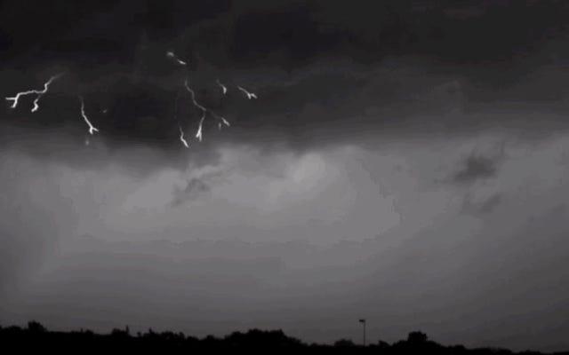 超スローモーションで地球に向かってライトニングクリープを見る