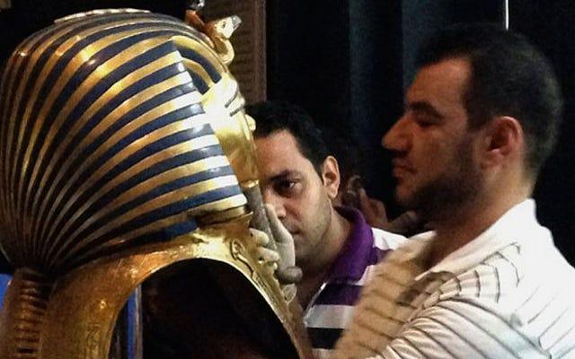 専門家は、ツタンカーメン王のバストされた埋葬マスクは修理可能かもしれないと言います