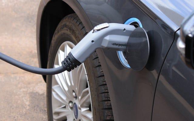 Nissan จะเดิมพันลูกผสมเพราะการชาร์จรถยนต์ไฟฟ้าเป็นเรื่องยากสำหรับผู้หญิง
