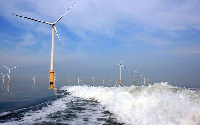 洋上風力発電は非常に安くなる寸前であり、英国は人々にそれを使用するために支払うでしょう