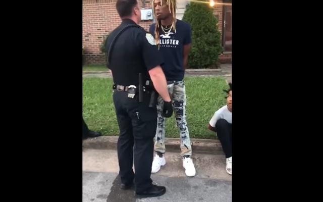 警官は無実の黒人男性を拘束し、自分自身を特定するように求められたときに「あなたは私の名前です」と答えます