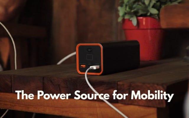 इस USB बैटरी पैक में एक एसी आउटलेट भी है, और यह कभी सस्ता नहीं हुआ है