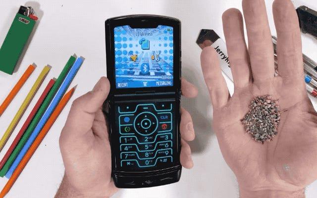Motorola Razrはどれくらいタフですか?この新しいビデオでは、彼は汚れ、火、刃に直面しています