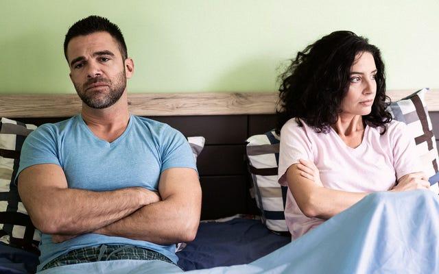 ベッドを共有することを余儀なくされた現金不足のカップル
