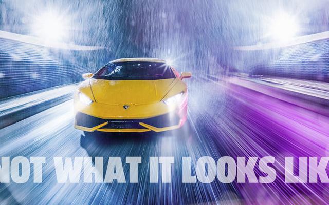 これは、雨の中のトラックを運転しているランボルギーニの写真ではありません