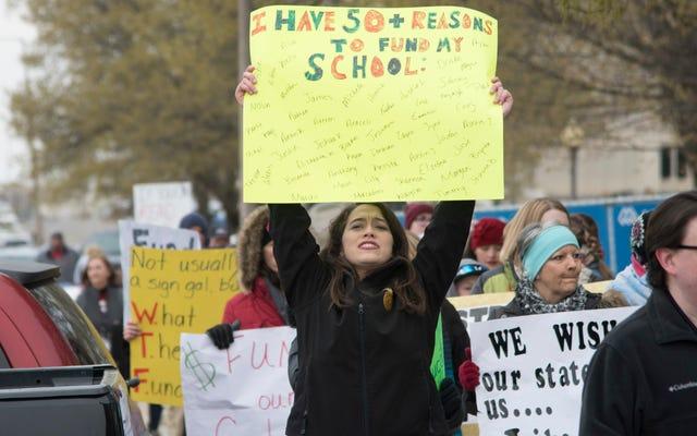 DeVosが支援するキャンペーン文字通りストライキ教師を汚すためのスクリプトを書く