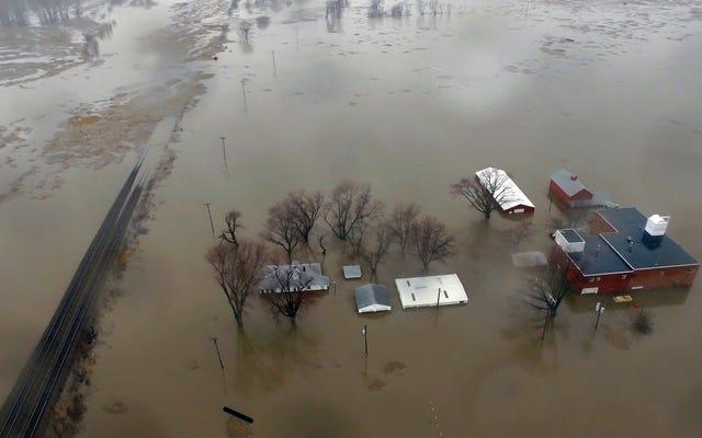 Landwirte im Mittleren Westen stehen vor Jahrzehnten der Erholung, da die Überschwemmungen den entscheidenden Boden entfernen