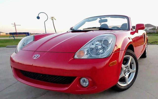 5,750ドルで、この2003年のトヨタMR2スパイダーはあなたの赤ちゃんになることができますか?