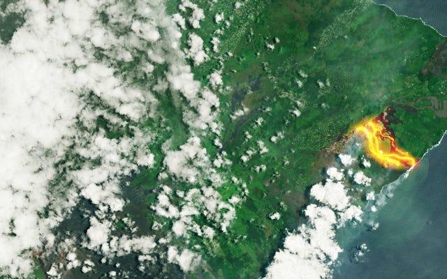 Sungai lava Kilauea merah membara, terlihat dari angkasa