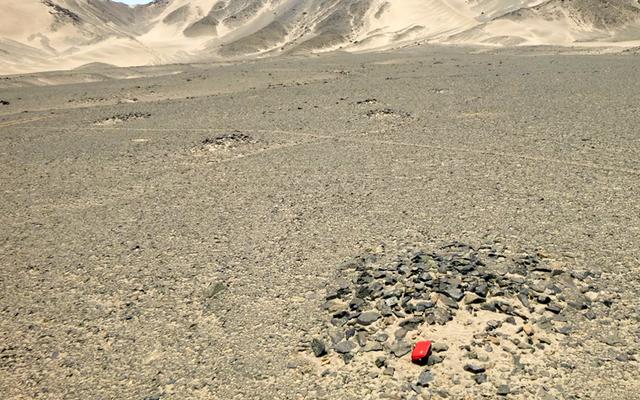 उन्हें पता चलता है कि पत्थर के हिस्सों से घिरी ये 3,000 साल पुरानी जोग्लिफ नक्षत्रों का प्रतिनिधित्व करती हैं