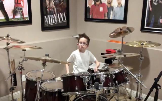 この10歳の子供は、パラモアの曲のこのドラムカバーを所有しています