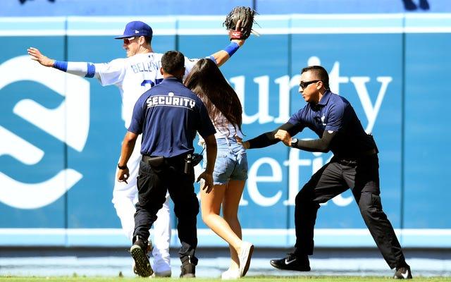 Thông báo dịch vụ công cộng: Vui lòng ngừng làm gián đoạn trò chơi của Dodgers để ôm Cody Bellinger