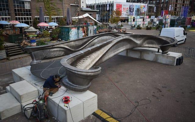 Эти новые фотографии первого в мире стального моста, напечатанного на 3D-принтере, потрясающие