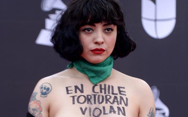 Il tappeto rosso dei Latin Grammy è stato un ottimo posto per la moda di protesta (e altri look)