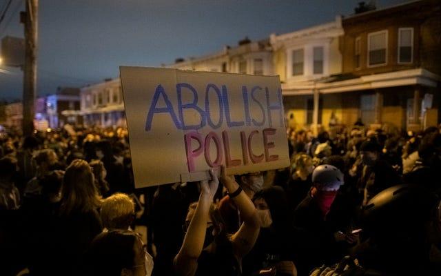 フィラデルフィア警察が彼女の車から女性をヤンクして攻撃した後、警察連合はプロパガンダ写真で彼女の息子を使用します