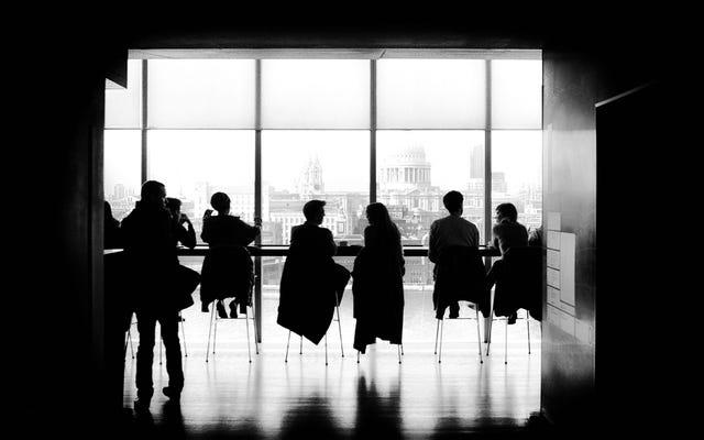 給与交渉では、男性の同僚にいくら支払われているか尋ねます