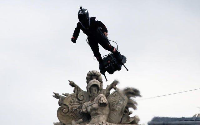 L'armée française est fière de dévoiler son propre supervillain en hoverboard et en carabine