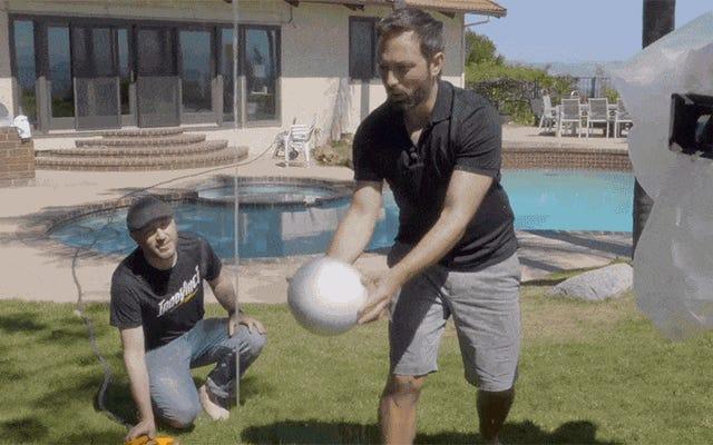 このボールが水の流れの端で空中に浮かんでいる可能性はどのようにありますか?