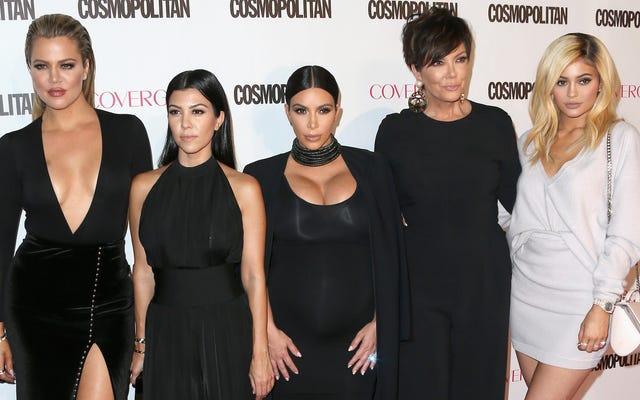 Hermanas Kardashian en problemas por no tuitear sobre su línea de maquillaje