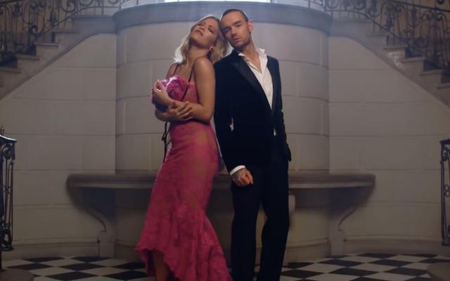 リタ・オラとリアム・ペインは、フィフティ・シェイズの無料曲のビデオで氷と裕福に見えます