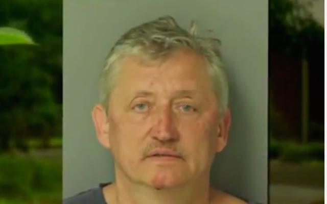 ノースカロライナ州の白人男性が銃を向けた後、生きたまま逮捕され、保安官代理に発砲