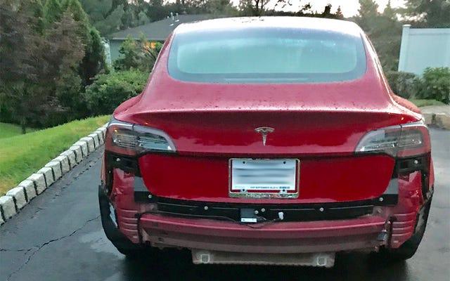 Tesla Model 3 baru kehilangan bumper belakangnya langsung dari dealer saat hujan