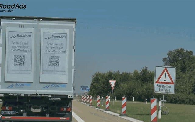 ジャイアントEインクスクリーンがトラックをダイナミックなローリングビルボードに変える