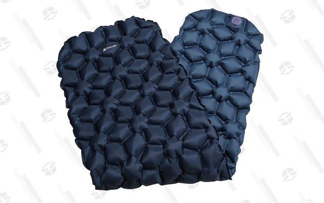 Realmente disfrutará durmiendo en el suelo con esta almohadilla inflable para acampar de $ 20