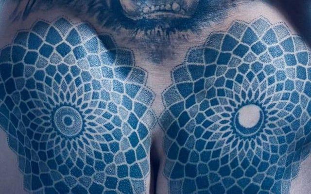 ズラタン・イブラヒモビッチのお尻のタトゥーを見つめるのをやめられない