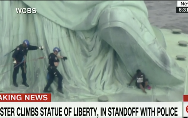 Wanita Ditangkap pada 4 Juli Setelah Memanjat Pangkalan Patung Liberty dalam Protes Pemisahan Keluarga Migran