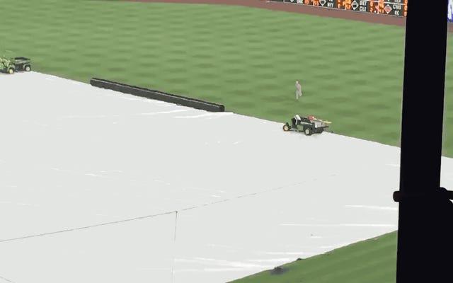 Idiot On The Tarp Thích Slippin 'N Slidin' Trong Phillies Mưa Trì hoãn