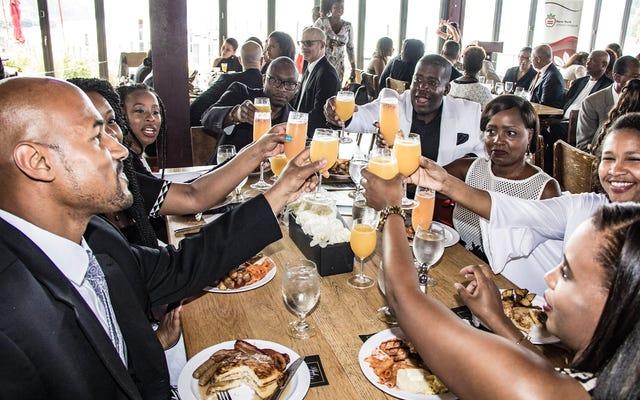 社会化するには病気が大きすぎるが、とにかくニューヨークアーバンリーグの白黒シャンパンブランチと連邦議会黒人幹部会の会議に行った