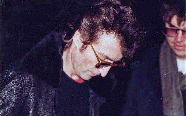 To ostatnie zdjęcie Johna Lennona na kilka godzin przed śmiercią. Podpisuje autograf dla swojego zabójcy