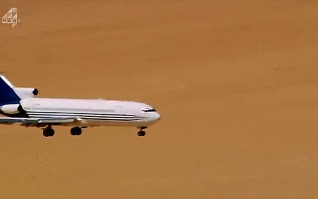 飛行機が故意に墜落したときに実際に何が起こるかを見る