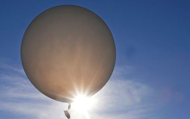 """Oddział bombowy wezwany po tym, jak urządzenie pogodowe NASA oznaczone jako """"NIE BOMBA"""" spadło z nieba"""