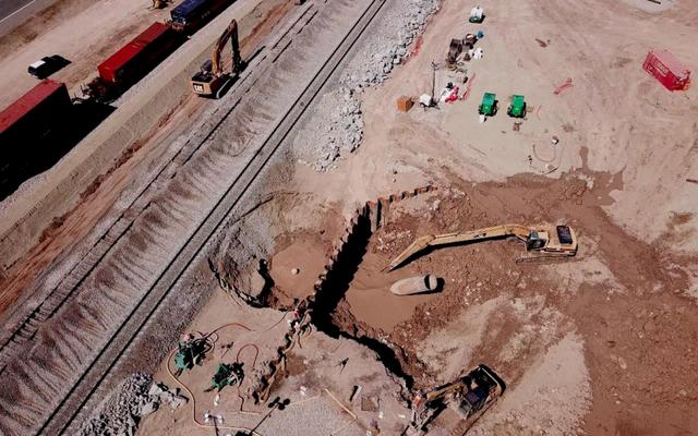 Questo geyser di fango in California continua a muoversi e le autorità non sanno come fermarlo