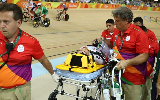 高速トラックサイクリングのクラッシュが3人のライダーを連れ出し、1人を入院させる